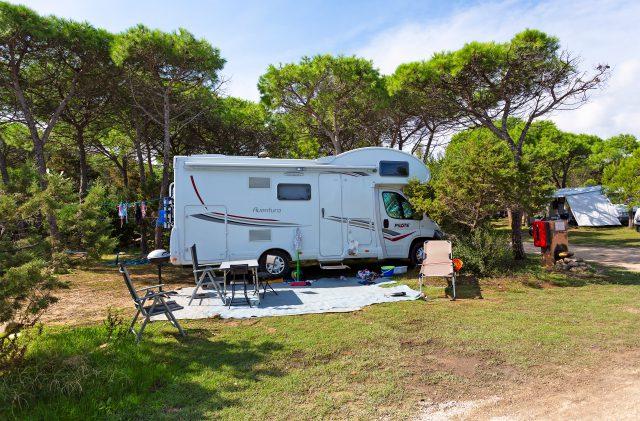 Camper auf dem Campingplatz Cala Ginepro, in Sardinien