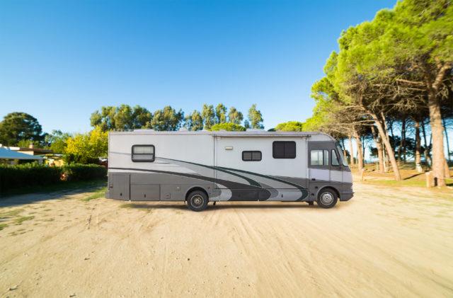 Reisemobil über acht Meter lang auf einem Stellplatz in Sardinien