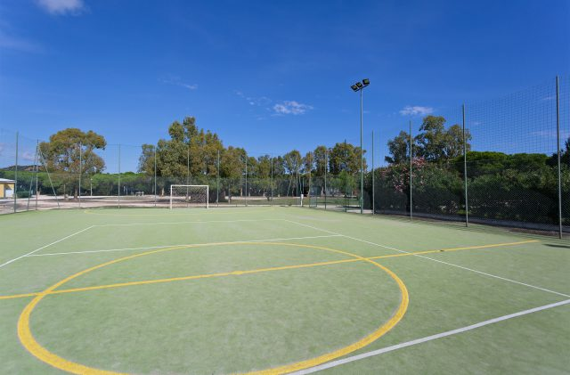 Das Fußball- und Volleyballfeld auf dem Campingplatz Cala Ginepro