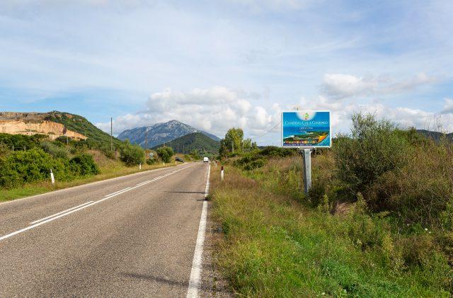 Strasse Plakatwand für Camping Cala Ginepro auf Sardinien
