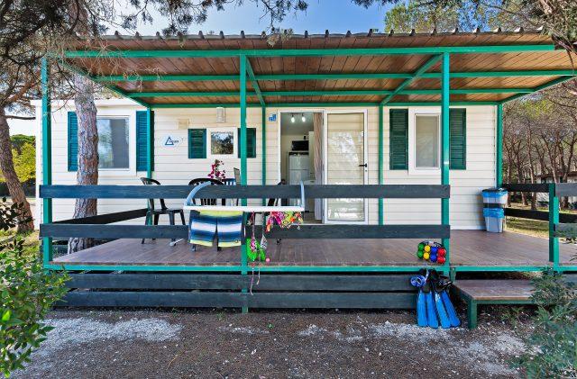 Das Äußere des Comfort Bungalows auf dem Campingplatz Cala Ginepro