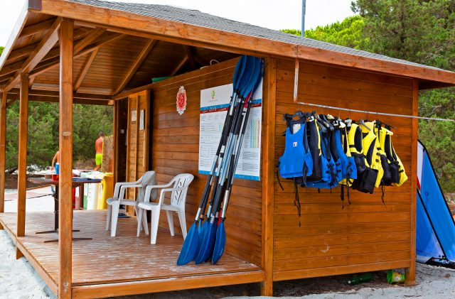 Holzkonstruktion am Strand Cala Ginepro für die Vermietung von Sportgeräten