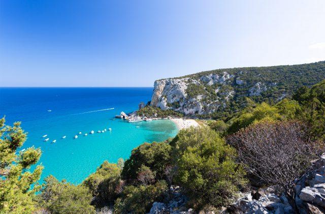 Die Klippen auf das Meer des Golfs von Orosei, im unberührten Meer Sardiniens