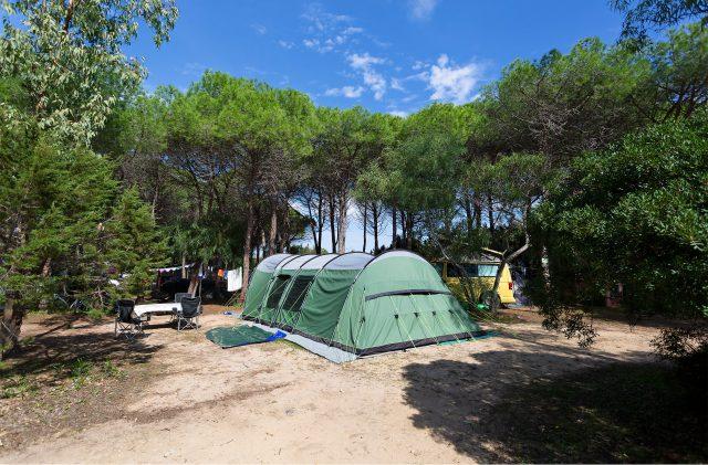 Großes grünes Zelt auf dem Campingplatz Cala Ginepro, in Sardinien