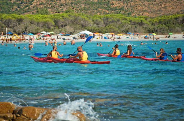 Drei Kajaks auf Sardinien, im türkisfarbenen Meer von Cala Ginepro