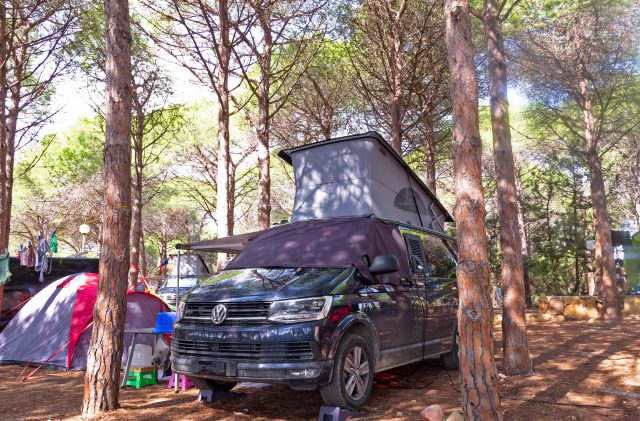 Dachzelt in Sardinien in der reinen Natur des Camping Cala Ginepro