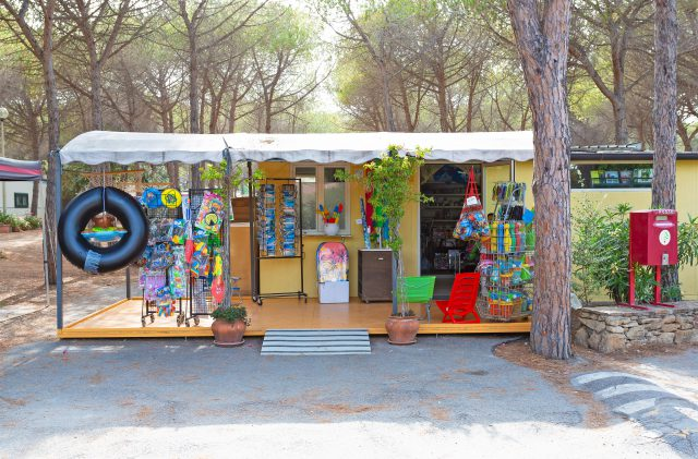 The newsagent-tobacconist and the bazaar at Camping Cala Ginepro
