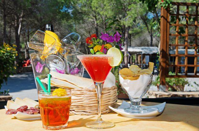 Aperitivo al bar del Camping Cala Ginepro