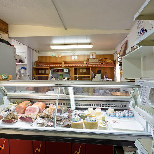 Il banco dei prodotti freschi al Market del Camping Cala Ginepro