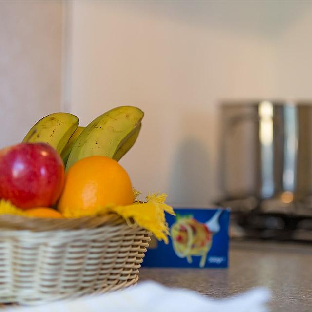 Cesto di frutta nell'angolo cottura del Bungalow Basic