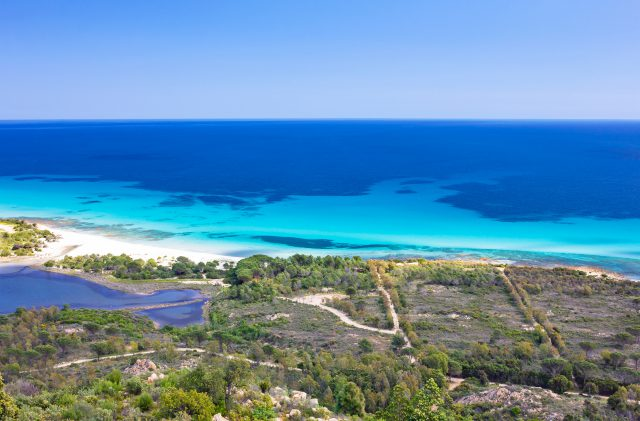 L'Oasi Biderosa vista dal Monte Urcatu, con le splendide sfumature turchesi del mare