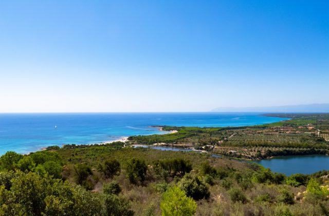 Il territorio di Cala Ginepro, sul mare, nella costa est della Sardegna