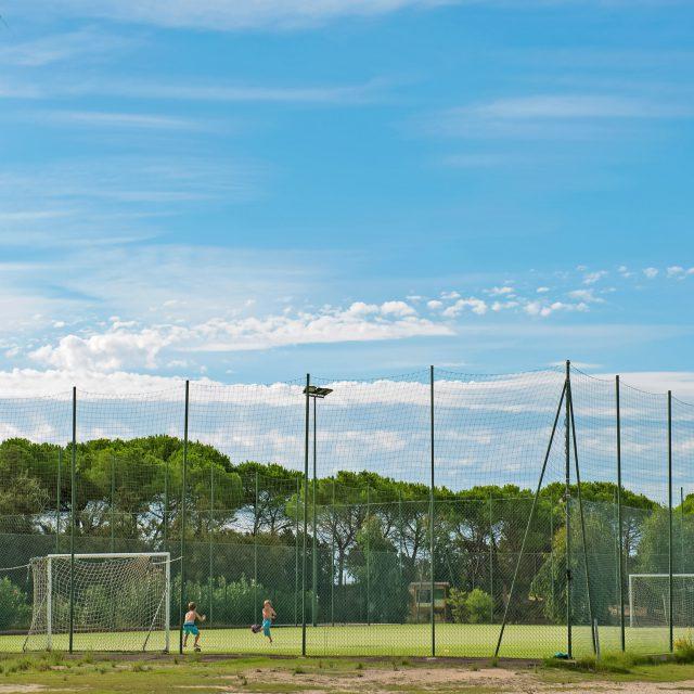 Bambini giocano nel campo da calcio del Camping Cala Ginepro