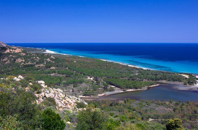 La costa e le spiagge di Orosei, tra il verde della vegetazione e il blu del mare in Sardegna