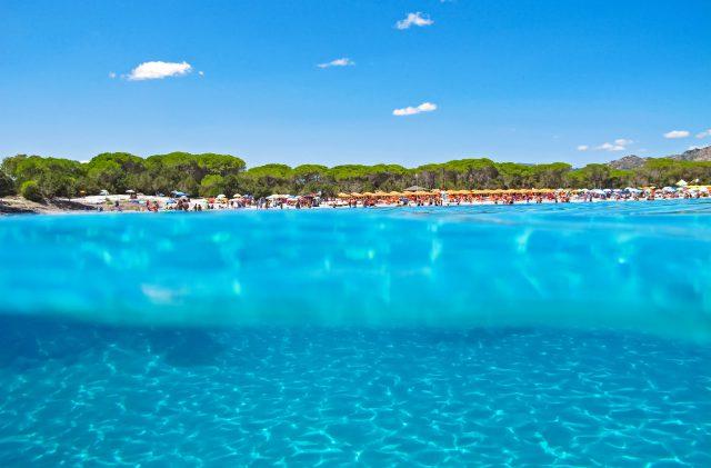 Cala Ginepro, in Sardegna, tra il turchese del mare e il blu del cielo