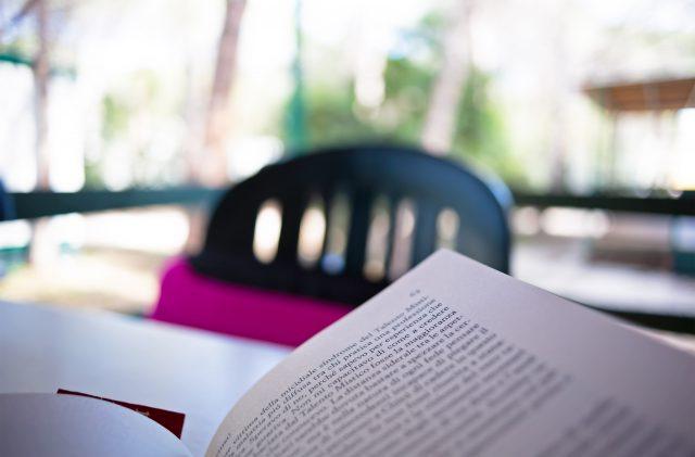 Libro sul tavolo di un bungalow al Camping Cala Ginepro