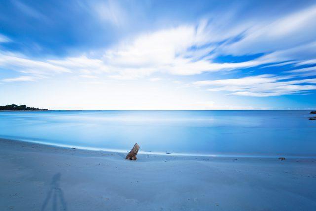 Spiaggia deserta a Cala Ginepro, nella tranquillità dell' autunno