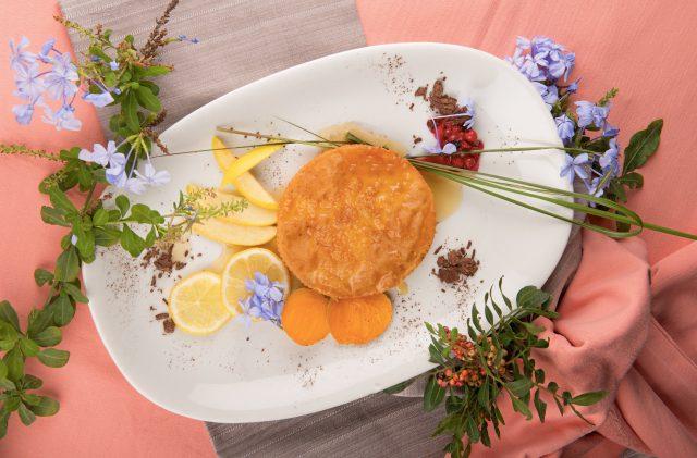 Seada con miele, piatto tipico sardo, decorata con fiori e lentischio