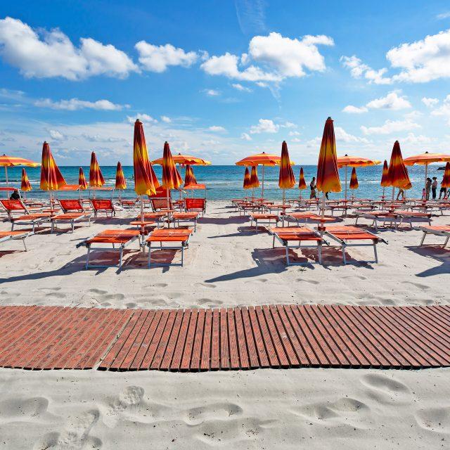 Ombrelloni Per La Spiaggia.Spiaggia Attrezzata Cala Ginepro Noleggio Lettini Camping