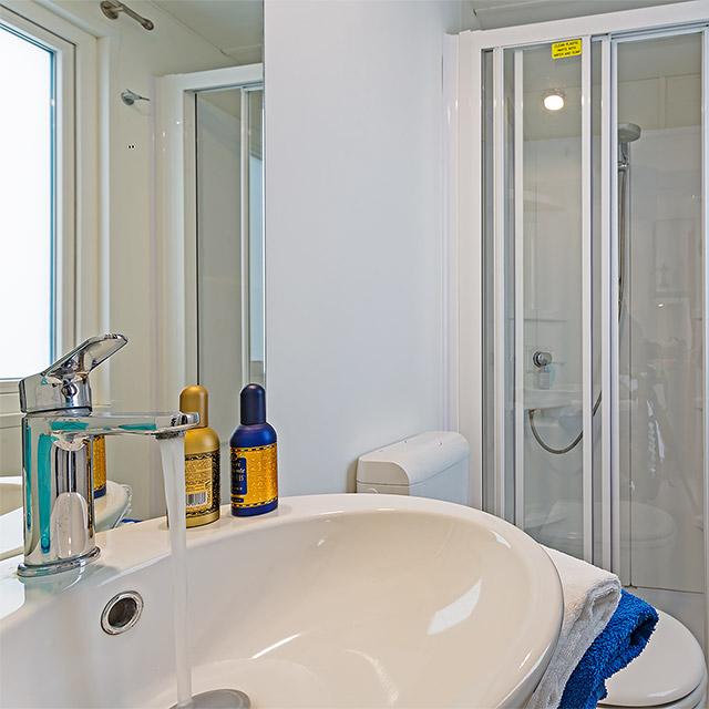 Servizio igienico del Bungalow Superior con doccia, wc e lavabo