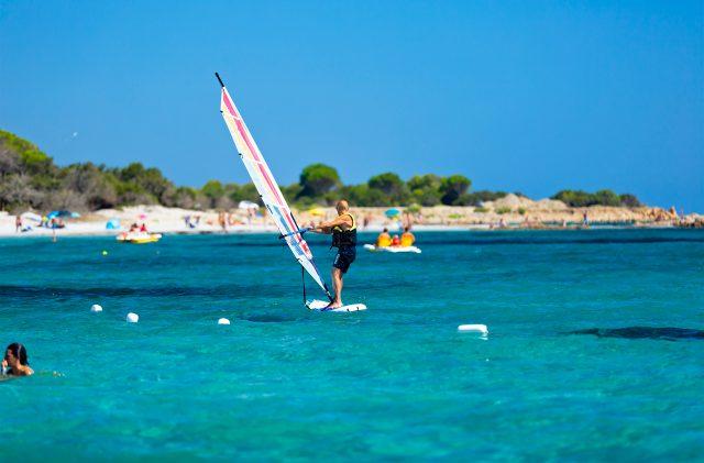 Windsurf a noleggio al Camping Cala Ginepro, nel mare turchese della Sardegna
